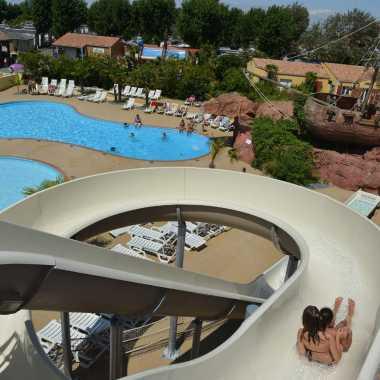 piscine avec toboggans géants camping le village corsaire
