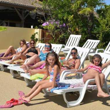 vacances en poitou charentes piscine et chaises longues