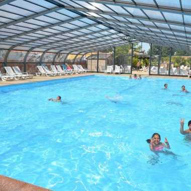 espace aquatique avec piscine couverte avec grand bassin de nage