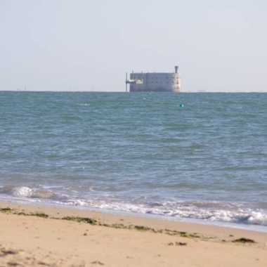Bord de mer et plage en face du fort boyard près de la Rochelle